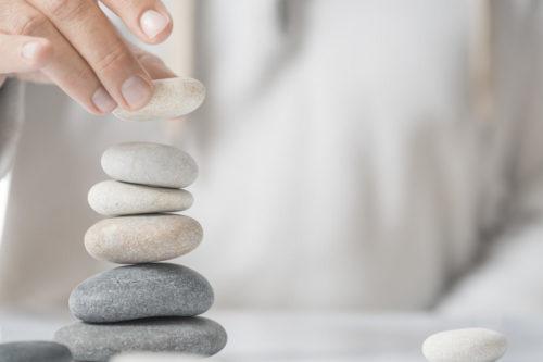 hand schlichtet steine zu zen-turm auf